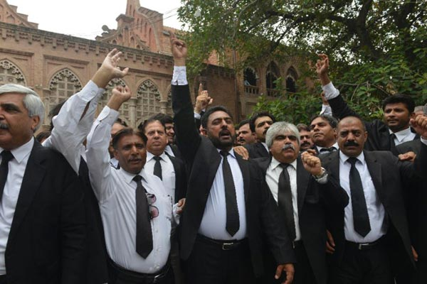 Pakistan lawyers boycott courts after suicide blast